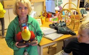 Agnes Thoäng tog tillfället i akt och köpte en härmande papegoja. FOTO: ILSE BRATTLÖF
