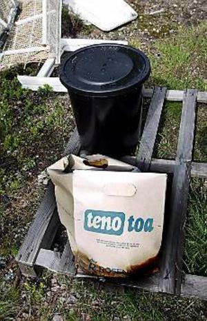 Foto: NICK BLACKMON Bajs. En kartong full med latrin står och regnar sönder på en sopstation längs Högbovägen. Enligt grannarna har den stått där i fem veckor. På Gästrike Återvinnare lovar man att lådan ska hämtas så snart man kan. Troligen före midsommar.