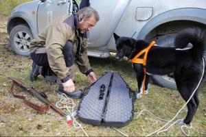 Håkan Berglund och hunden Tjippa gör sig redo för att bege sig ut och leta efter den skadeskjutna björnen i Norrby i Strömsund kommun.