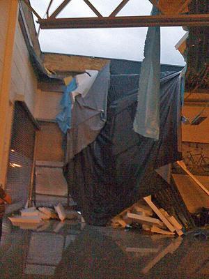 En stor del av taket, nära ingången till butiken, rasade in under tisdagskvällens oväder.