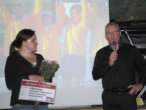 Kommunalrådet Kjell Tenn överlämnade en check till Brunnsbergs ordförande Ingela Eriksson.