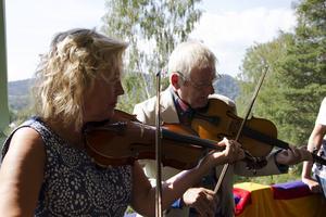Ceremonin inleddes till tonerna av Hårgalåten framförd av Eiwor Kjellberg och Björn Ståbi på fiol.