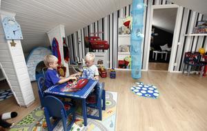 Lekrum. Rasmus och Anton Aldén måste ha ett av stans större lekrum. Övervåningen på villan är deras och här är leksakerna väl synliga och ligger inte i lådor. På så vis är det lätt att hitta den sak de vill leka med. Och det är lättare att städa undan, hävdar mamma Maria Aldén. I bakgrunden skymtar barnens tv-rum där det också finns en stor soffa att mysa i.