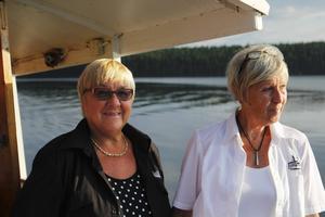 Anne-Marie Salomonsson och Birgitta Glad ansvarar för fika och servering under däck – ett svettigt jobb en het julikväll som denna.