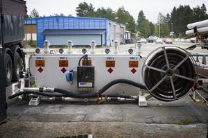 Den första egna produkten är det här systemet för att ta hand om oljespill. Oljan kvalitetstestas på plats, är den inte förorenad kan den återraffineras.
