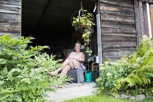 Elsa Knutssons absoluta favoritplats på gården är en fotölj, som egentligen skulle ha kastats, i ett förrådsutrymme på baksidan av gården.