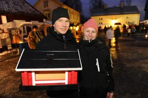 Emma Johnsson och Martin Sjödin köpte honung, ost och ett fågelbo på marknaden.