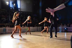 Till tonerna av Cellblock tango ur musikalfilmen Chicago bjöd dansstudions elever både på intensiv dans och mordisk koreografi.Foto: Jan Wijk