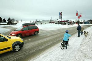 Vid OKQ8-macken och infarten till centrum i Hede saknar riksväg 84 övergångsställen trots att många skolbarn tvingas korsa vägen.