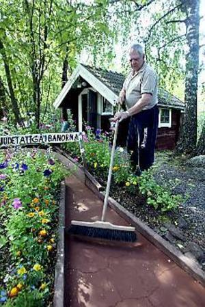 Foto: NICK BLACKMON Tegelmjölet kräver skötsel. Dagligen vattnar Kjell Byman banorna fyra gånger och sopar bort löv för att hålla banorna fina och sköter planeringarna som ger banområdet extra charm.