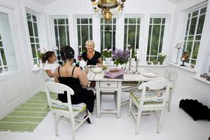 Det är tredje sommaren som glasverandan finns och den används flitigt. Just den här dagen har mormor bakat paj åt barnbarnen Olivia och Sonia.