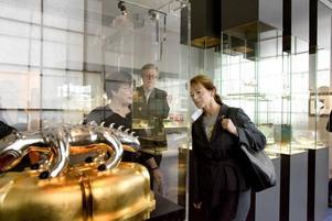 Gillar glas. Även Gunnar Cyréns glaskonstverk imponerade på kulturminsitern Lena Adelsohn Liljeroth (M).