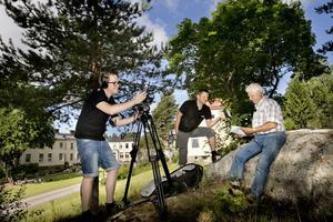 Bygdefilmning. Niclas Lindahl och Per-Åke Sörman gör sedan tio veckor tillbaka bygde-tv. Nästa avsnitt handlar om Hålahult och det kan Kurt Jantzén mycket om.