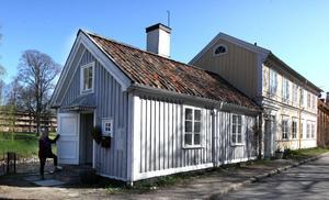 GÄVLES MINSTA? Fastighetens lilla grå hus på 27 kvadrat har egen ingång, kök, dusch och WC, vardagsrum, ett sovloft, en egen trädgård ner mot ån, är byggt på 1700-talet och var från början en egen fristående fastighet.