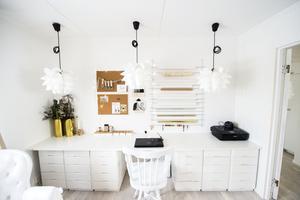 Det stora skrivbordet är gjort av gamla lådor med ett hyllplan ovanpå. Lamporna är inte inkopplade, dom hänger där för att dom är snygga, berättar Linda Kristmansson.