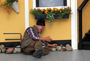 Det kommer aldrig att gå. Det blir för dyrt. Pessimisten Uno tror inte på någon serverhall i kommunen och när han får rätt skrattar han så att han ramlar av stolen. Lars Fille Strömqvist som spelar Uno är kungen av slapstick.