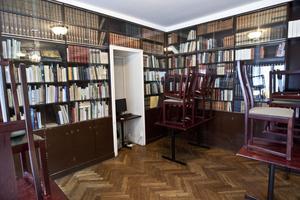 Många fattiga studenter pantsatte en och annan bok för att få ett handlån. Nu utgör böckerna grunden för det omfattande bibliotek som finns i huset.