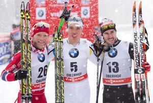Calle Halfvarsson vann herrsprinten i Oberhof närmast före italienaren Federico Pellegrino och norrmannen Martin Johnsrud Sundby.Foto: Jens Meyer/AP Photo
