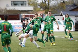 Alexander Ekblad i duell med Peter Magnusson.