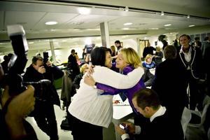 Besvikelse. Anna-Karin Ferm, projektledare för Gävle 2014, ringer hem och ger det dystra beskedet om att             staden inte har gått vidare i kampen om att bli europeisk kulturhuvudstad. I bakgrunden tröstar kultur- och fritidschefen Mats Öström  kommunledningskontorets förvaltningschef Helen Åleskog.