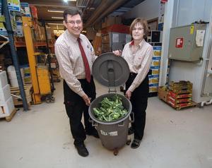 Ägaren Calle Ringbo och butikschefen Margareta Forsblom vid ICA Supermarket i Edsbyn är förstås stolta över att butiken avfall till 99 procent går till återvinning.