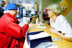 Gun-Britt Carnland passade på att testa sina lungor, sjuksköterskan Ulla Palmqvist från lungmottagningen talar om hur hon ska blåsa i spirometern. Foto: Henrik Flygare