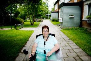 Många nya ansikten. Jag van vid att ha mycket människor runt mig, men det betyder inte att jag vill ha 30 olika personer i mitt hem på besök, säger Ingrid Gustafsson, som får hjälp tre gånger om dagen av kommunens hemvård.