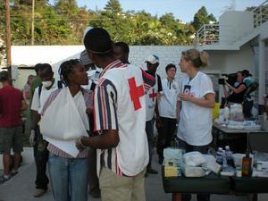 """Volontärer från Röda korset på Haiti hjälpte till i de tillfälliga läkarna mottagningarna. """"Den blonda kvinnan till höger heter Monika Hörling och är narkossköterska från Stockholm, hon var ett bra stöd för mig och hon hade varit ute mycket på insatser"""""""