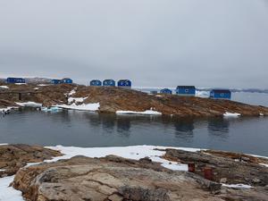 På ön Nutaarmiut bodde Michelle Stenholm och Kenneth Almgren i små blå hus. På ön fanns inga vägar.