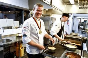 Med OS-guldet om halsen intar Jens Ericsson köket på Fullriggaren. Men under fredagskvällens gästspel kommer han att synas mest bland gästerna för att berätta om den vinnande menyn på regionala råvaror.