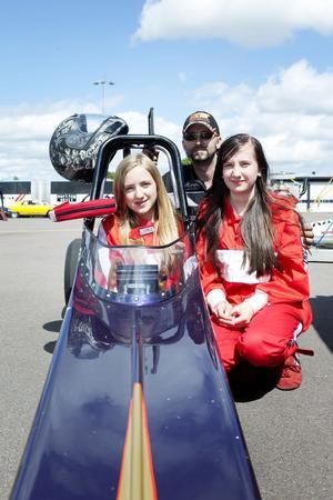 Gasglada Matilda och Emma Cederwall som kör Junior Dragster, här tillsammans med coachande pappan Dan Smeds