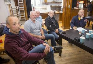 Det var bistra miner och upprörda känslor när många av idrottsklubbarna i Gävle kommun samlades i Sjömanskyrkan under tisdagskvällen. Alla var upprörda över det bidrag på 3,5 miljoner kronor under fem år till Brynäs. Här syns från vänster Ulf Rönnevald, Strömsbro IF, Tore Åberg, IK Sätra, Peter Henriksson, Gävle GIK och Rune Berglind, Helges.