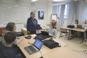 """""""Det är tråkigt att yrket, som är tufft men roligt och kreativt, inte kan locka tillräckligt många nya lärare"""", säger Yvonne Krusell Neld, lärare på Klockarbergsskolan."""