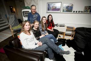 Familjen samlad framför bensin pumpen i vardagsrummet. Från vänster pappa Tommy, med mamma Sofie, Anna, Clara och Nelly
