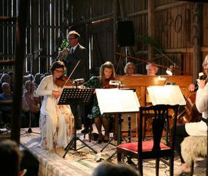 Skrock, melodramer och folkmusik ingick i årets upplaga av Musik i Ladan. Från vänster: Ingrid Olsson, Anders Emilsson, Berit Mattsson, Jeanette Bjurling, Bengt Forsberg