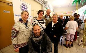 Från HSO deltog Fredrik Lindström, längst fram, samt Lisa Axelsson och Louise Gunnars. Bredvid står Ingemar och Margareta Skymning som ofta hjälper till på expeditionen. Foto: Johnny Fredborg