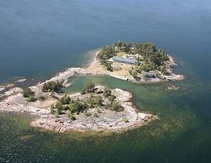 Ön ligger ca 10 minuters båtfärd från Dalarö och ca 50 minuter från Stockholm. På ön uppfördes 2009 villa, gästhus, bastuhus och brygganläggningar efter ritning av Jordens Arkitekter.