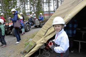 Amanda Korslind och alla andra fick en kåsa med kursgårdens emblem med sig från besöket.