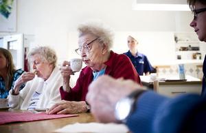 Personal på Källbacka utbildades under måndagen i ämnet näring. Innan undervisnings delades förmiddagsfikat med de vårdtagarna. På bilden sitter Hanna Jonsson i mitten och Bojan Blad till vänster.