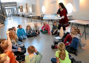 """Stora frågor. Sara Mirzajanzadeh berättar om utställningen """"Min farfar kom till Sverige"""" för elever från Grythyttan skola som besökte Formens hus."""