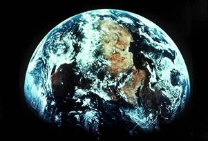Vi som delar på denna runda planet verkar inte förstå att vi hör ihop, skriver