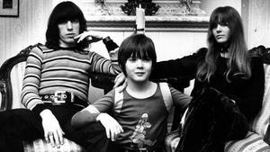 Bill Wyman och hans flickvän Astrid Lundström på besök i Västerås 1971. Wymans, då åttaårige son Steven var också med.