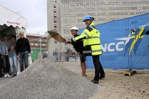 Marie-Louise Forsberg-Fransson och Henrik Landelius tar första spadtaget till H-huset vid USÖ. Arkivbild: Jenny Tegnér