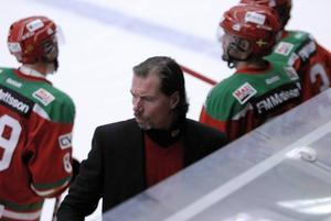 Roger Johansson ska lämna besked under onsdagen om han blir kvar som tränare i Mora IK.