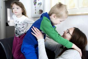 Anna Andersson med sina två barn Isabel som snart fyller 6 år och Leo 4 år