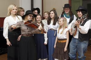Hälsinge Låtverkstad 2008-09 och dess ungdomar samlade till ett reptillfälle av sång-, musik- och dansföreställningen Amerikabrevet som har premiär den 18 april vid Stallet på Stenegård.