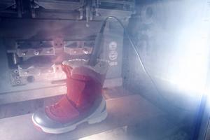 Vid testet av skornas värmeisolerande förmåga fick de stå 20 minuter i minus 30 grader. Foto: Peter Jülich