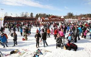 Många barn och föräldrar fick en fin vårvinterdag i solen vid Barnens skidspel på Lugnet i helgen. 1 800 beräknas ha deltagit i arrangemanget.