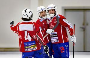 Andreas Hjulström, i mitten, imponeras av Filip Backström.