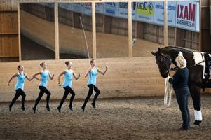 Voltige var ett poåpulärt inslag - gymnastik på hästen Tornado.